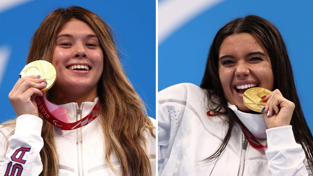 Gia Pergolini (left) and Anastasia Pagonis (right) posing with their gold medals at the 2021 Tokyo Paralympics