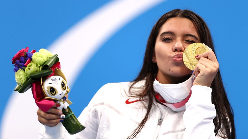 Anastasia Pagonis poses with her gold medal at the 2021 Tokyo Paralympics